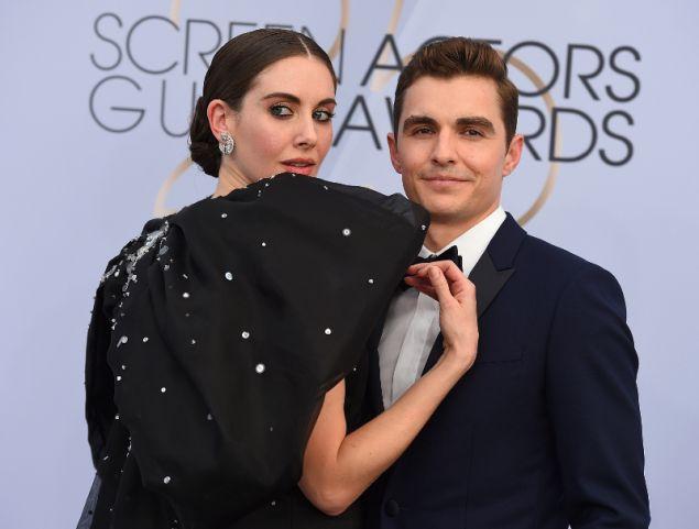 Η ηθοποιός με τον σύζυγό της που ομολογουμένως θα έχει ένα δύσκολο βράδυ προσπαθώντας να της βγάλει το φόρεμα