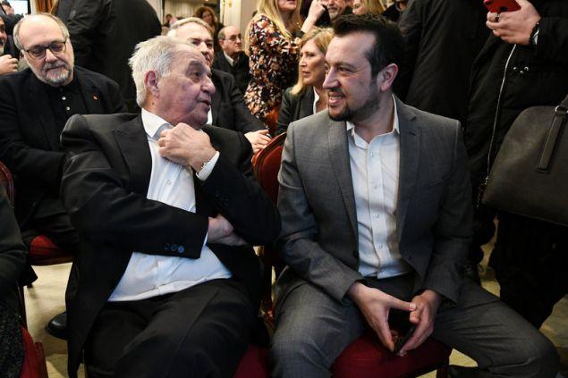 Αλέκος Φλαμπουράρης και Νίκος Παππάς συνομιλούν λίγο πριν ξεκινήσει η εκδήλωση