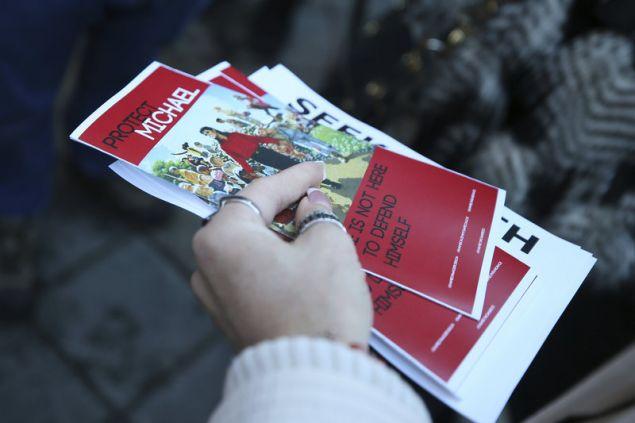 Οπαδοί του Μάικλ Τζάκσον μοίραζαν φυλάδια υπέρ του λίγο πριν την προβολή του ντοκιμαντέρ Leaving Neverland στη Γιούτα (Φωτογραφία: ΑΡ)
