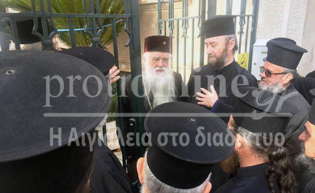 Η συζήτηση των ιερέων με τον Μητροπολίτη Αμβρόσιο / Φωτογραφία: protionline.gr
