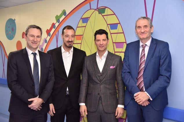 Ο Διευθύνων Σύμβουλος ΟΠΑΠ, Ντάμιαν Κόουπ, ο Κοινός Διοικητής των Διασυνδεόμενων Παιδιατρικών Νοσοκομείων Εμμανουήλ Παπασάββας, ο Σάκης Ρουβάς ο οποίος συμμετέχει στην «Ομάδα Προσφοράς ΟΠΑΠ», και ο Εκτελεστικός Πρόεδρος ΟΠΑΠ, Καμίλ Ζίγκλερ.
