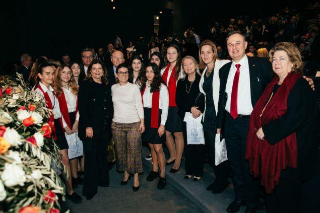 Μέλη της Χορωδίας  Γυμνασίων Λυκείων του Κολλεγίου Αθηνών και Κολλεγίου Ψυχικού