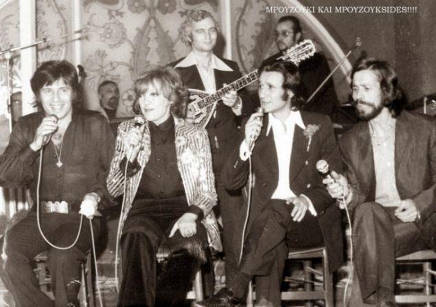 Ο Γ. Πολυκανδριωτης σε μια θεατρική παράσταση, τραγουδούν οι Κώστας Καρράς, Μάρω Κοντού, Σωτήρης Μουστάκας και Φώτης Μεταξόπουλος