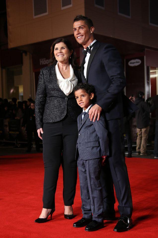 O Ρονάλντο με την μητέρα του και τον γιο του