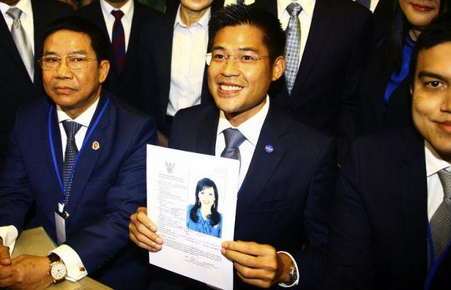 O επικεφαλής του κόμματος Thai Raksa Chart με την αίτηση υποψηφιότητας της πριγκίπισσας στα γραφεία της εκλογικής επιτροπής (Φωτογραφία: ΑΡ)