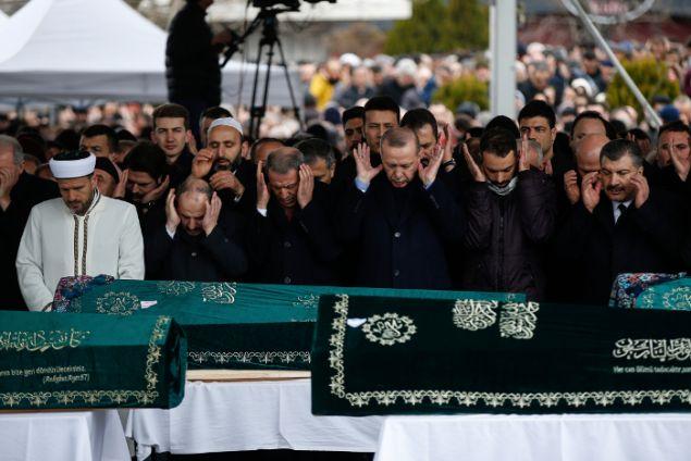 Ο Τούρκος Πρόεδρος στην κηδεία των θυμάτων (Φωτο: ΑΡ)