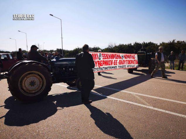 Η αστυνομία εκτρέπει την κίνηση των οχημάτων παρακάμπτοντας το σημείο αποκλεισμού της Ε.Ο.