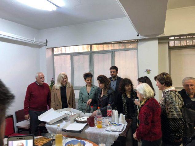 Οι βουλευτές του ΣΥΡΙΖΑ Κώστας Ζαχαριάδης και Αννέτα Καβαδία με μέλη του κόμματος στην κοπή της πίτας στο Γαλάτσι- φωτογραφία twitter