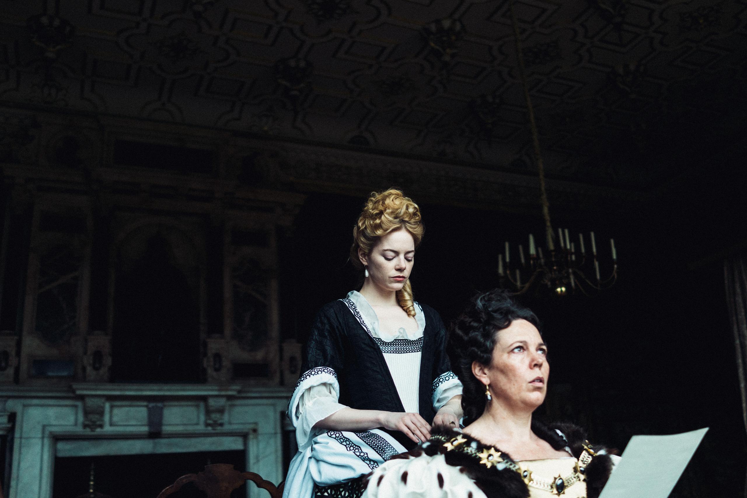 Η Εμα Στόουν (στο ρόλο της Αμπιγκέλ Χιλ) και η Ολίβια Κόλμαν σε σκηνή από την ταινία «The Favourite»/ Φωτογραφία: IMDb