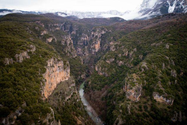 Ο ποταμός Βοϊδομάτης κάνει βόλτα μέσα από φαράγγι