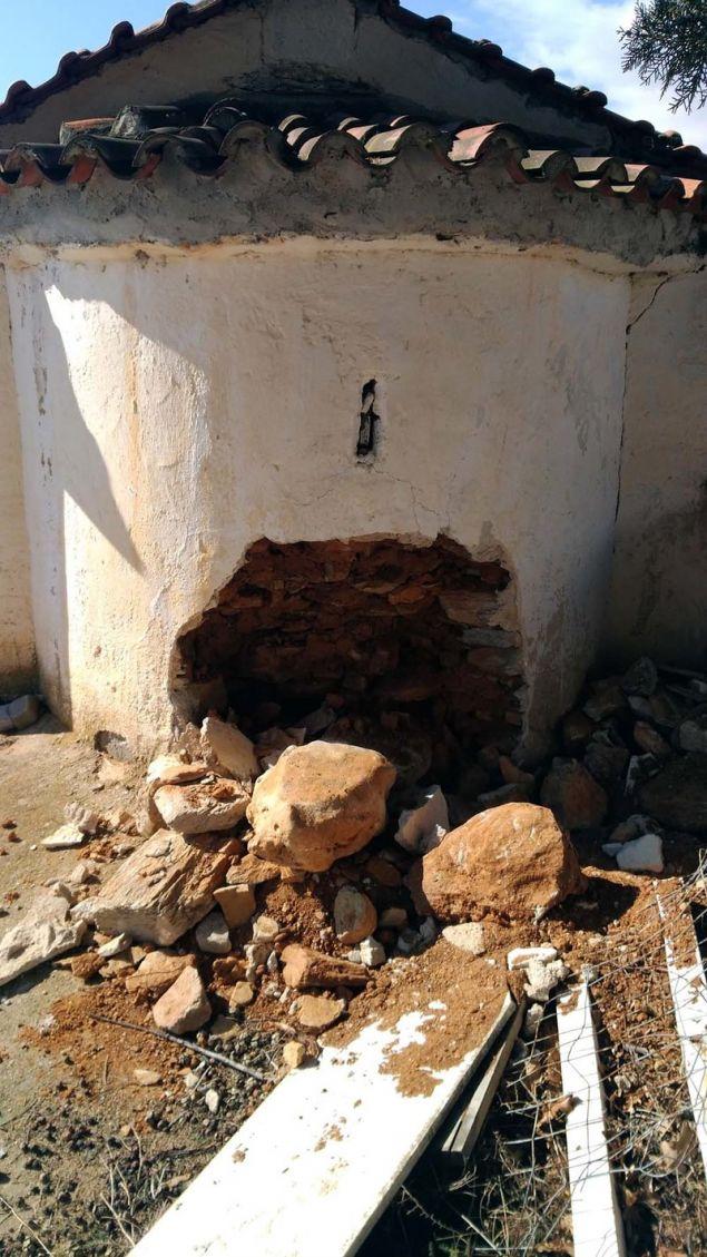H τρύπα που σχημάτισαν στο ιερό βήμα / Φωτογραφία: onlarissa