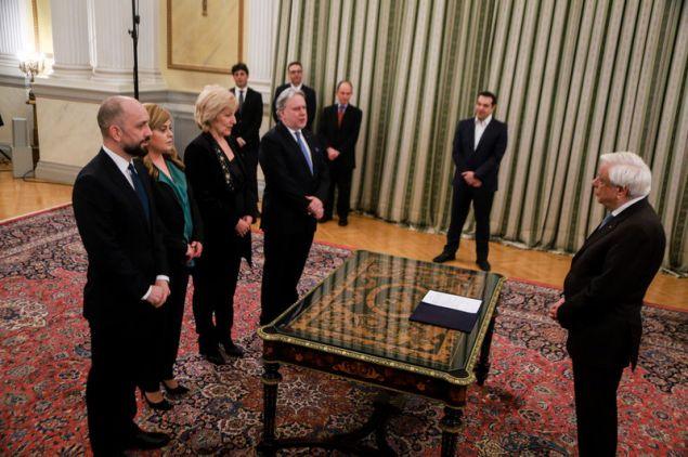 Από αριστερά: Μπάρκας, Χατζηγεωργίου, Αναγνωστοπούλου και Κατρούγκαλος ορκίζονται με πολιτικό όρκο