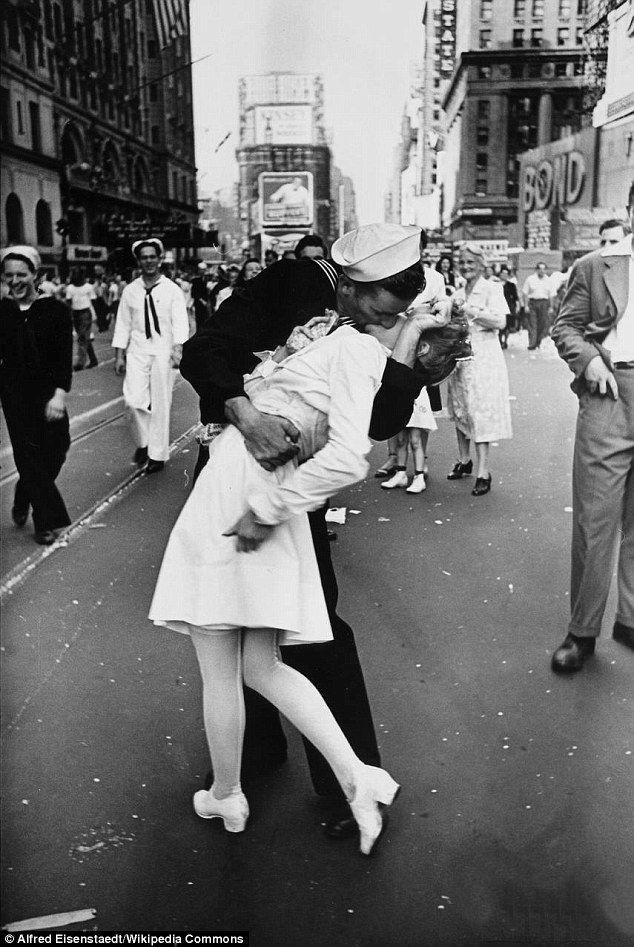 H πασίγνωστη φωτογραφία με έναν ναύτη και μία νοσοκόμα να φιλιούνται στην Times Square με την ανακοίνωση της λήξης του Β Παγκοσμίου Πολέμου.