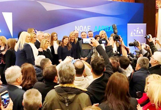 Δεκάδες φίλοι της ΝΟΔΕ Λάρισας απαθανατίζουν την Μαρέβα Μητσοτάκη και τις γυναίκες βουλευτές της ΝΔ