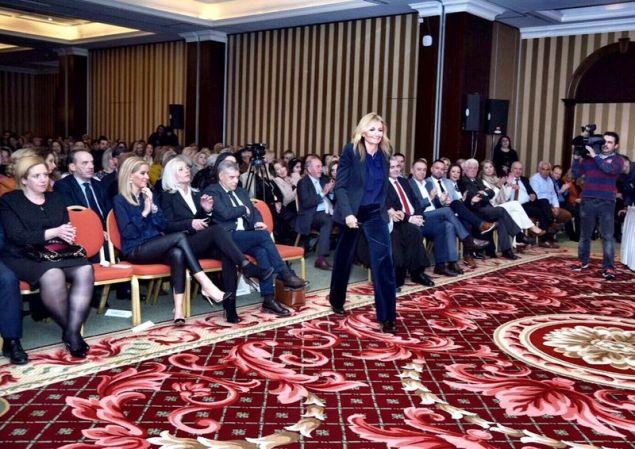 Η Μαρέβα Γκραμπόφσκι-Μητσοτάκη ανεβαίνει στο βήμα της εκδήλωσης της ΝΟΔΕ Λάρισας