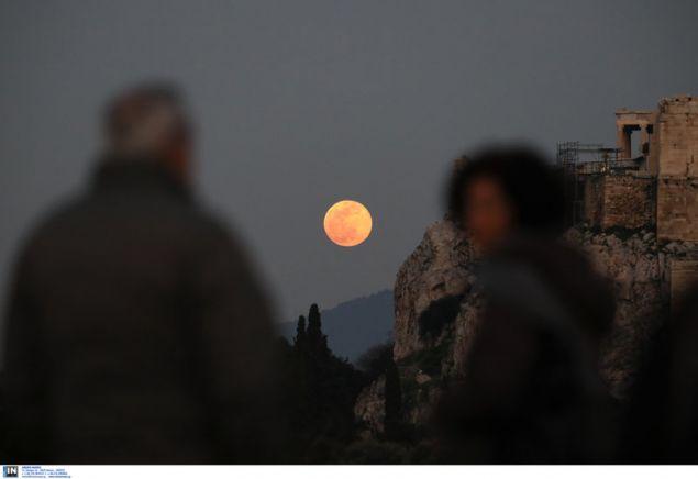 Το φεγγάρι φώτιζε σχεδόν από τις 18:00 την Τρίτη το απόγευμα