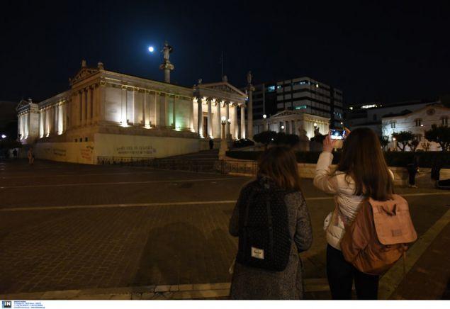 Πλήθος κόσμου φωτογράφιζε το φεγγάρι από κάθε σημείο της Αθήνας