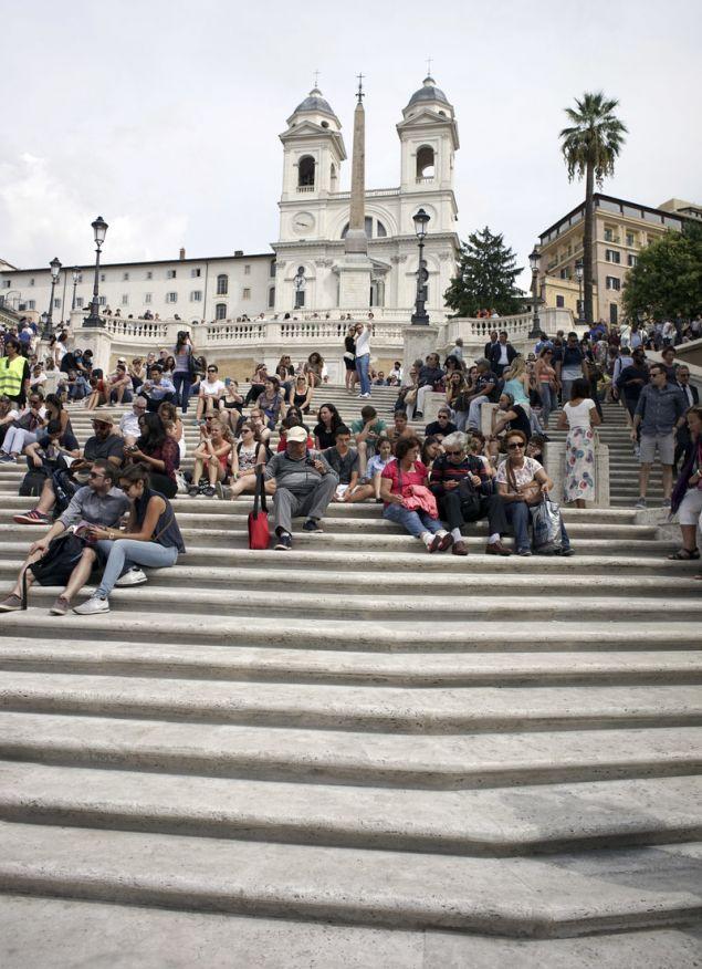 Η χρηματοδότηση έγινε μετά την αποκατάσταση των Ισπανικών Σκαλοπατιών, που αποτελούσαν πάντοτε σημείο συνάντησης για τους κατοίκους της Ρώμης και τους τουρίστες