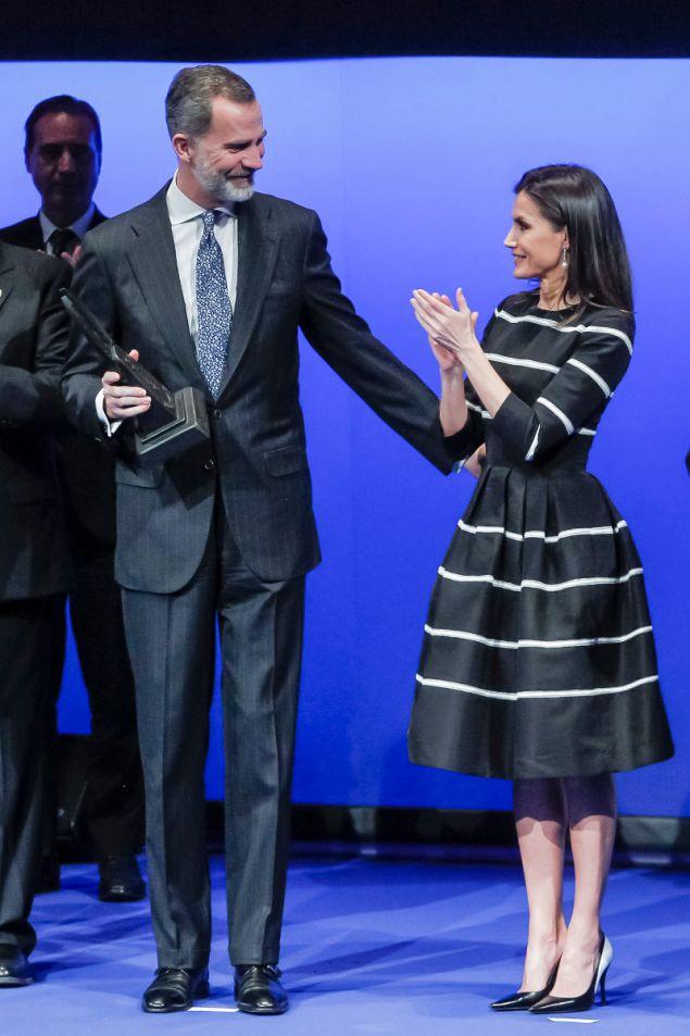 Η βασίλισσα Λετίσια κοιτούσε με περηφάνεια τον σύζυγό της
