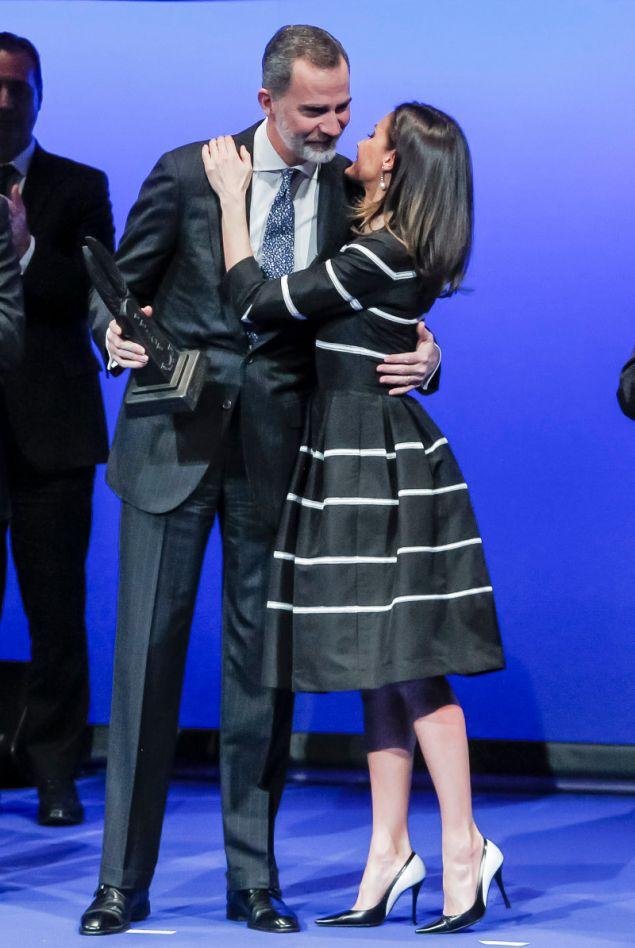 Το φιλί της βασίλισσας Λετίσια στον σύζυγό της Φελίπε μετά την βράβευσή του