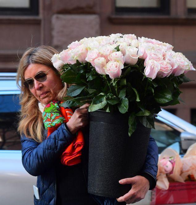 Δεκάδες ροζ τριαντάφυλλα παραδόθηκαν στο ξενοδοχείο λίγο πριν από το baby shower