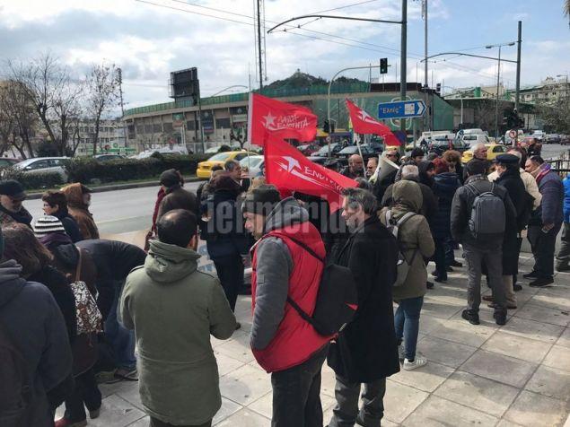 Τα μέλη της ΛΑΕ διαμαρτύρονται σε ένδειξη συμπαράστασης στον επικεφαλής του κόμματος Παναγιώτη Λαφαζάνη