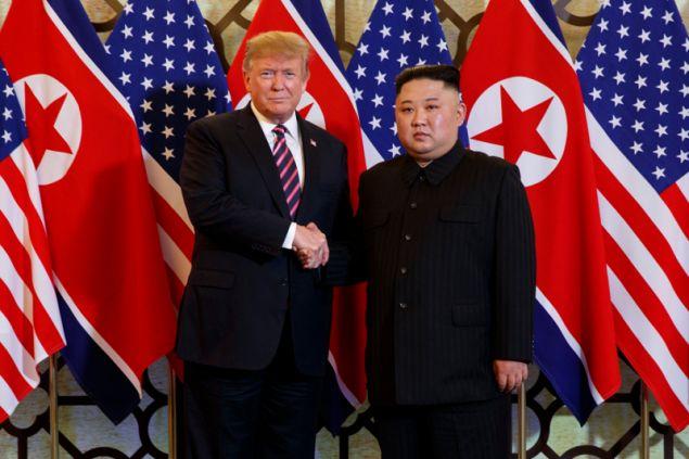 Ο Ντόναλντ Τραμπ και ο Κιμ Γιονγκ Ουν αντάλλαξαν μια θερμή χειραψία