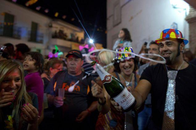 Χιλιάδες επισκέπτες συρρέουν στην μικρή πόλη για τον εορτασμό του Νέου Έτους τον Αύγουστο