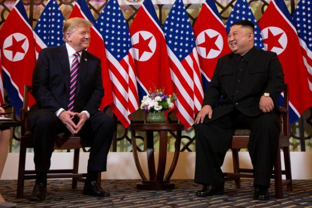 Ειδικοί εξηγούν τη στάση του σώματος των Ντόναλντ Τραμπ και Κιμ Γιονγκ Ουν