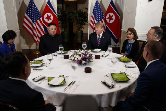 Στο τραπέζι με τους 2 ηγέτες διερμηνείς και αξιωματούχοι