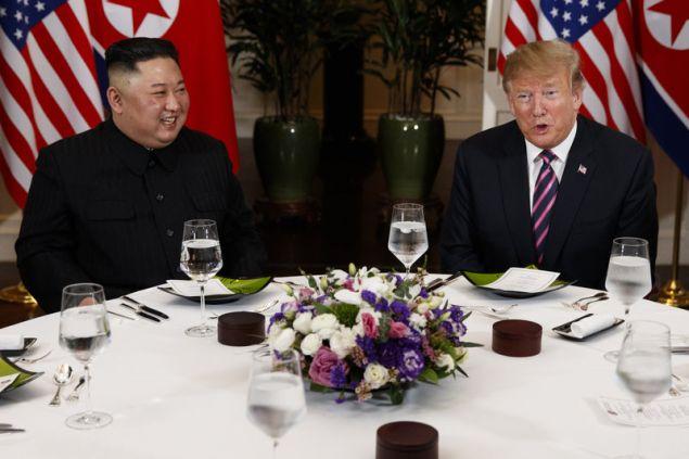 Τραμπ και Κιμ χαμογελαστοί στο δείπνο