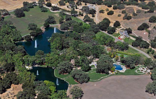 Το ράντσο αποτελείται από 16 τετραγωνικά στρέμματα γης στην περιοχή Los Olivos της Καλιφόρνια