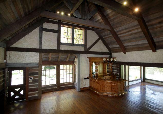 Το εσωτερικό του σπιτιού που βρίσκεται δίπλα στην πισίνα