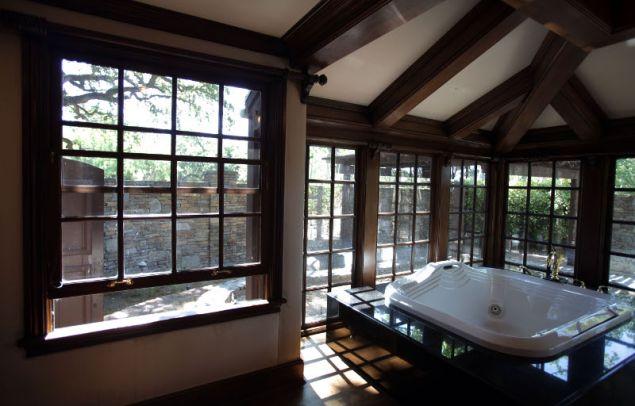 Ένα από τα δύο μπάνια της κύριας κρεβατοκάμαρας