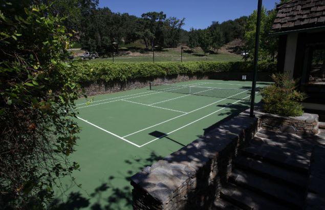 Το ακίνητο διαθέτει ακόμη και γήπεδο τένις