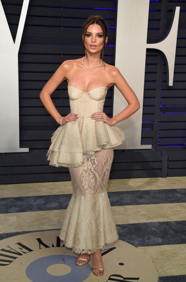 Η Έμιλι Ραταϊκόφσκι με φόρεμα Brock Collection