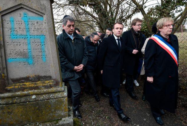 Τον προηγούμενο μήνα, ο Εμανουέλ Μακρόν είχε επισκεφθεί ένα γειτονικό κοιμητήριο, στο οποίο είχαν βεβηλωθεί δεκάδες τάφοι