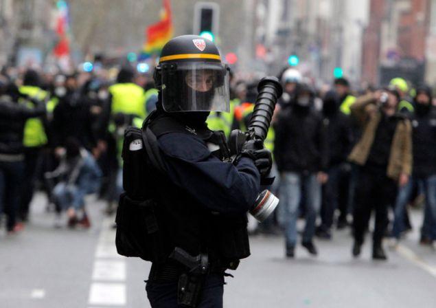 Σε ρίψη νερού υπό πίεση εναντίον των διαδηλωτών στο λεωφόρο Σανζ Ελιζέ, προχώρησε η αστυνομία