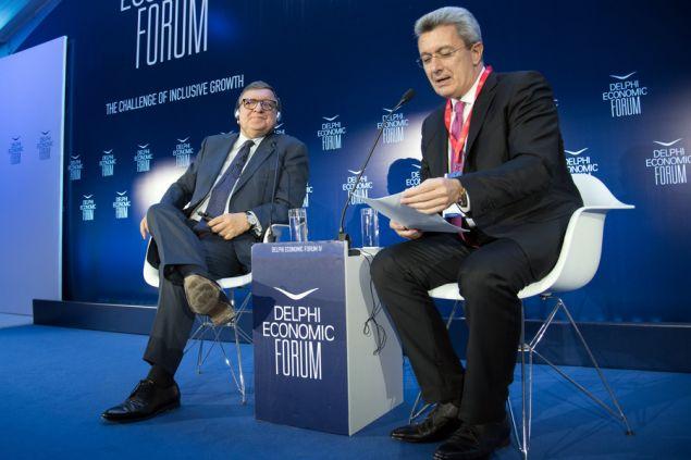 O πρώην Πρόεδρος της Ευρωπαϊκής Επιτροπής Jose Manuel Barroso συνομιλεί με τον Νίκο Χατζηνικολάου -Φωτογραφία: ΑΠΕ-ΜΠΕ/ΒΑΣΙΛΗΣ ΑΣΒΕΣΤΟΠΟΥΛΟΣ