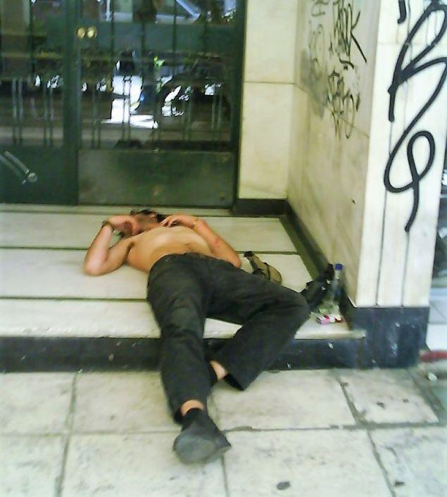 Σε λιπόθυμη κατάσταση χρήστης ναρκωτικών ξαπλωμένος σε είσοδο πολυκατοικίας