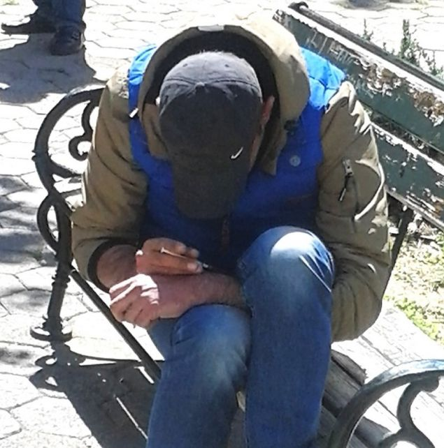 Ανδρας κάνει χρήση ναρκωτικών σε παγκάκι στο κέντρο της Αθήνας
