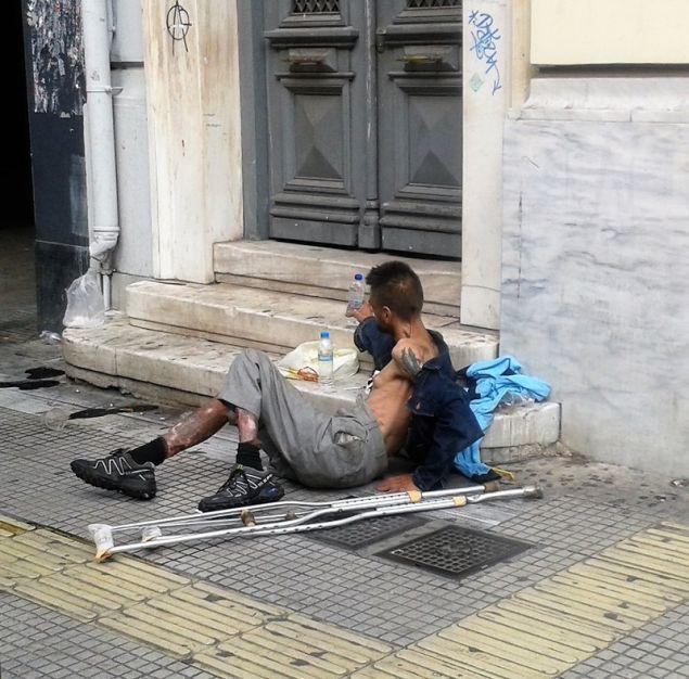 Χρήστης πεσμένος στο πεζοδρόμιο, δεν μπορεί να σταθεί στα πόδια του πόδια