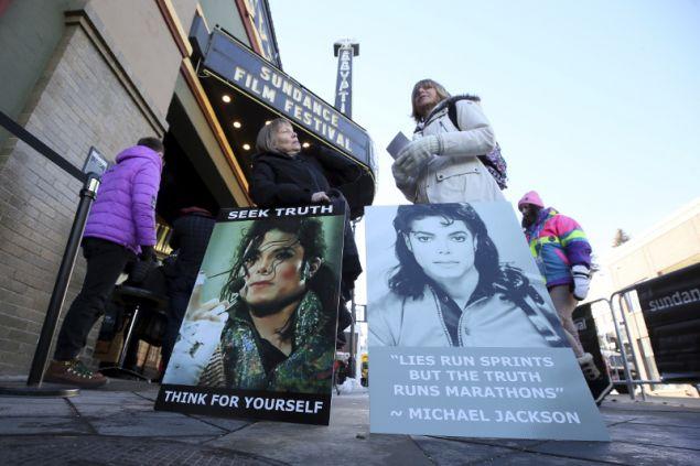 Στο ντοκιμαντέρ του Νταν Ριντ παρουσιάζονται με λεπτομέρειες οι τρομακτικές κατηγορίες των Γούειντ Ρόμπσον, 36 ετών και Τζέιμς Σέιφτσακ, οι οποίοι υποστηρίζουν ότι ο τραγουδιστής τους κακοποίησε σεξουαλικά, όταν ήταν παιδιά