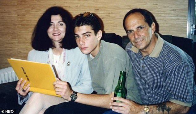 Η οικογένεια Σέιφτσακ, την εποχή που ο Τζάκσον υποσχόταν ότι θα είναι στο πλευρό τους (Φωτογραφία: HBO)