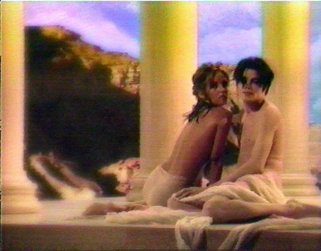 "O Μάικλ Τζάκσον με τη Λίζα Μαρί Πρίσλεϊ στο βιντεοκλίπ του τραγουδιού ""You Are Not Alone"" το 1995 (Φωτογραφία αρχείου: ΑΡ)"