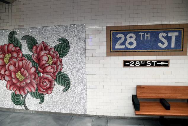 Με τοιχογραφίες λουλουδιών σε φαγιάνς στόλισε η καλλιτέχνης Νάνσι Μπλουμ τους τοίχους της πλατφόρμας του σταθμού 28th Street του μετρό της Νέας Υόρκης.