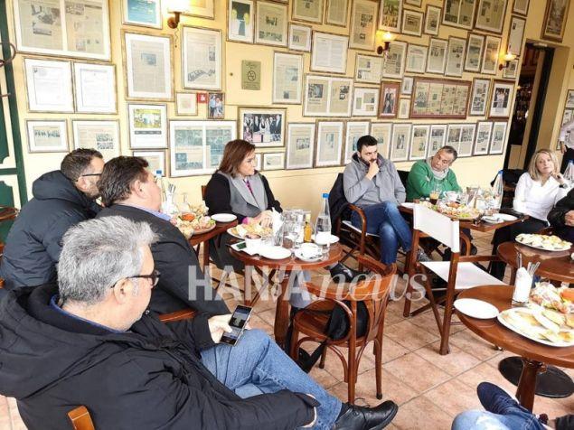 Η Ντόρα Μπακογιάννη με χανιώτες δημοσιογράφους- φωτογραφία Hania.news