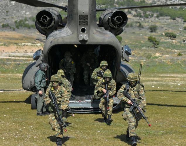 Το ελικόπτερο που μεταφέρει τους στρατιώτες στο πεδίο της μάχης
