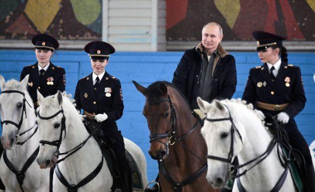 Ο Πούτιν κάνει ιππασία μαζί με γυναίκες αστυνομικούς (Alexei Nikolsky, Sputnik, Kremlin Pool Photo via AP)