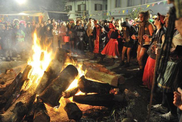 Το γλέντι αρχίζει με κλαρίνα, χορούς αλλά και ζεστή φασολάδα